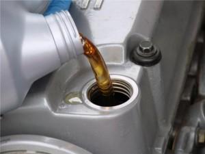 Какое масло заливать в двигатель?